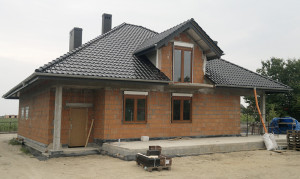 Budynek z oknami przed wykończeniem